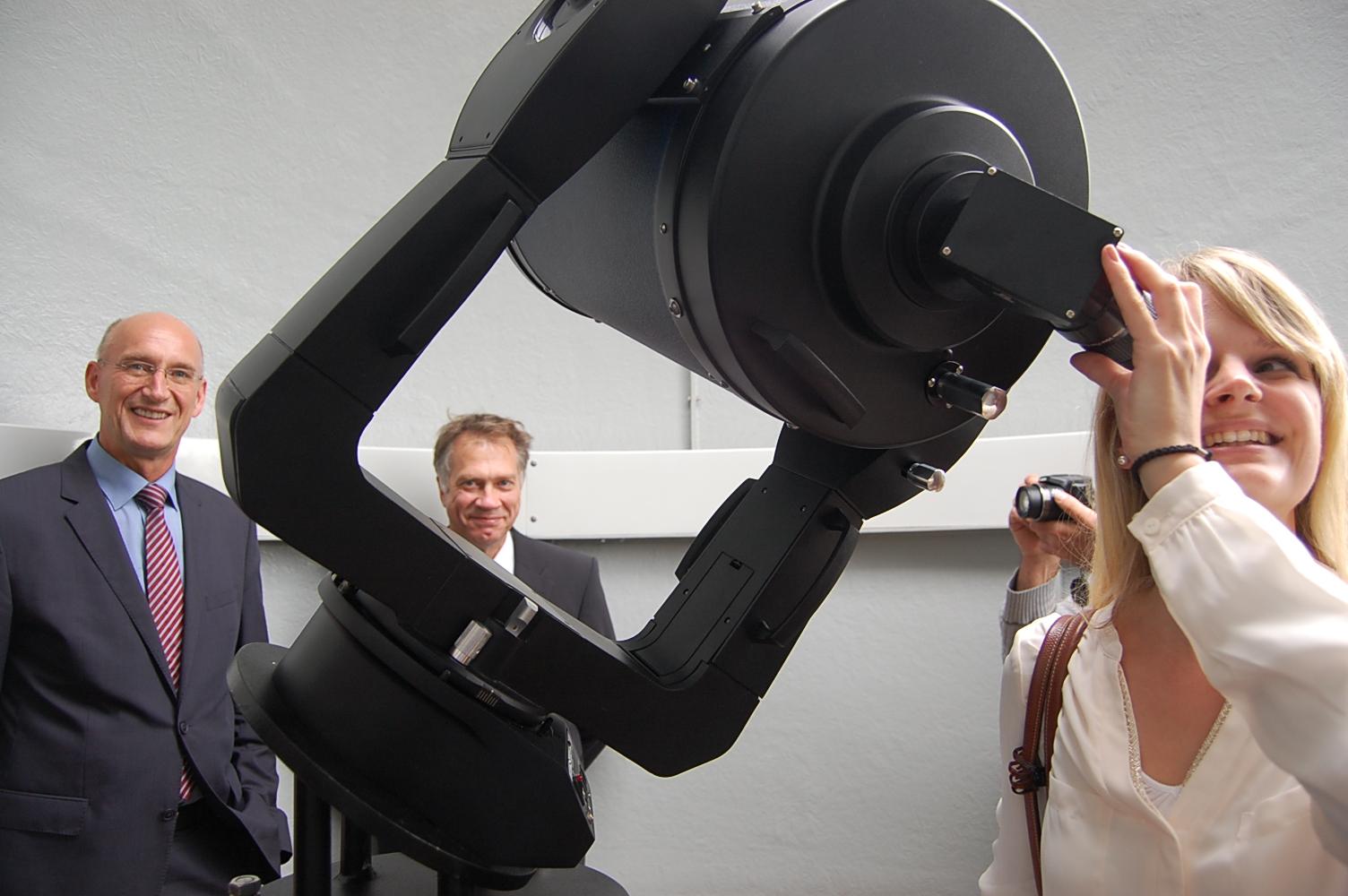 PAZ-Teleskop-Sarah-Mundstock-wagte-einen-ersten-Blick-im-Hintergrund-Franz-Einhaus-und-Dr-Jan-Eckhoff